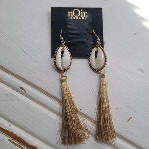 🦜2/$20 Cowrie shell dangle earrings by Noir, nwt